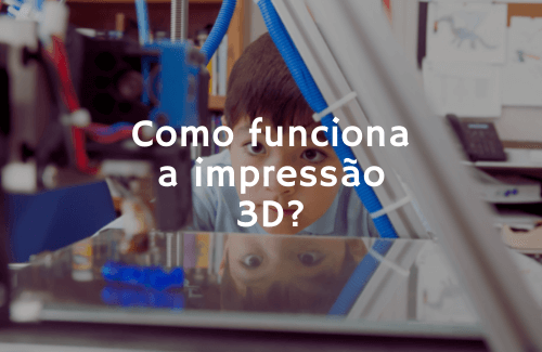 uma criança olha com curiosidade uma impressora 3D